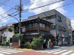 東京・谷中【カヤバ珈琲】の写真。  1938年にオープンしたカフェで、名前は知っています。 たまごサンドが人気らしいけど、混んでます。  それにしてもレトロな建物ですねー。 古民家をリノベーションしたお店が増えています。 冬に清澄白河エリアでカフェ巡りをしましたが、谷中、根津、千駄木 の「谷根千(やねせん)」も最近散策していて楽しいです。 下町はなじみがなく、これまで私の知らない世界でした↓  <梅を見に出かけよう ① 学問の神様『湯島天神(湯島天満宮)』の 梅まつりへ♪合格甘酒★上野恩賜公園★日本画家「横山大観」の 作品を所蔵・展示する『横山大観記念館』の庭園>  https://4travel.jp/travelogue/11679767  <梅を見に出かけよう ② パワースポットでもある『根津神社』 つつじ苑★コッペパン【大平製パン】【黒毛和牛 焼肉 うしくろ】 千駄木店【今川焼千駄木】★谷中銀座カフェグルメ【やなか珈琲店】 老舗一口饅頭屋【谷中 福丸饅頭】>  https://4travel.jp/travelogue/11679985
