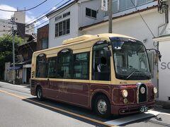東京・谷中の神田白山線を走る台東区循環バス「めぐりん」の 車体の写真。  なんだか可愛らしいバスがやってきました。100円バスですね。 下町っぽくレトロカラーです。  一日乗車券:300円(全路線で1日乗り放題の乗車券です。)