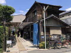 東京・谷中「上野桜木あたり」の写真。  神田白山線を右に入ると、とても風情のある建物がありました。 上野から行きたい場所があるので、目的地に向かってテキトーに (下調べもせず)歩いています。  ここは何?お店なのかな。。