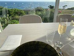 ホテルのレストランを予約していたのでレストランへ お食事をスタートするギリギリまでシャンパンを飲んでました。
