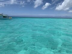 シーウッドホテルをチェックアウトし、午後から八重干瀬のシュノーケリングに参加しました。  シュノーケリングツアーはベルトラから予約し9,000円です。  残念ながら潮の流れ?の影響で八重干瀬でゆっくりすることは出来ませんでしたが、珊瑚の美しさに驚きました。 魚ももちろん綺麗ですが、色とりどりの珊瑚を見てるだけでも退屈しません。 もちろん南国らしい魚も沢山いて、ダイビングをせずとも充分楽しめました。  写真は八重干瀬の真ん中にある、ぽっかりと海の色が違うスポットです。これは今まで見た中でトップ3には入るくらい綺麗な海でした。
