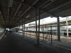 結局鳥羽駅まで行くことにしました。 検索したら、雨の日の鳥羽水族館は激混みってなっていたので、今日のうちに行っちゃおうということになったの。  鳥羽駅は近鉄側は駅員もいるけど、JRは無人なのよ。 割と大き目な駅なんだけど。