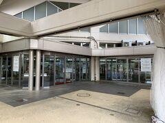 宮古空港の入り口。 レンターカーの業者さんの迎えを待ちます。 この日は初日から予定もないので、本当をドライブします。