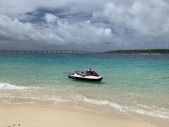 最初に向かったのは与那覇前浜ビーチ。 若干曇っていましたが、日本一綺麗な砂浜は色もフカフカの感触も私のところの海(湘南海岸というところ)とは全く違います。