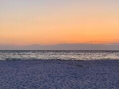ホテルを出て白良浜の海外沿いをお散歩。  真っ白な砂浜と夕日のコントラストがとってもロマンティックでした♪