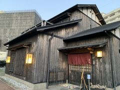 ホテルから徒歩約10分程度でお目当てのお店に到着。  長久酒場というお店で、居酒屋探訪家の太田和彦さんによって、東京・月島の『岸田屋』、大阪・天王寺の『明治屋』とならんで紹介された有名な居酒屋さんみたいです。