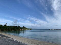 本日は伊良部島と下地島の絶景ポイント巡りの旅です。 まずは朝食前にホテルの前のビーチ、パイナガマビーチの散歩からスタートです。 ここは地元の人たちも朝から海水浴をして一日を始めます。 聞くところによれば、ここが宮古島のビーチでは最低レベルだと。。。