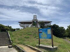 展望台は宮古島に飛来するタカ科のサシバをイメージしたもの。 そこから伊良部大橋方面を見渡します。