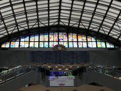 宮崎空港には定刻より少し早くランディング。  宮崎には勝手におしゃれなイメージを持っておりまして、写真だとわかりにくいけど素敵なステンドグラスがいい感じ!