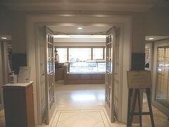午後5時前。 ディナーは本館1階のザ・カフェ へ。