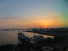 翌朝5時。 横浜ベイブリッジからのご来光