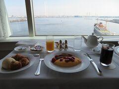 午前8時 素敵な眺めを見ながらルームサービスの朝ごはん。