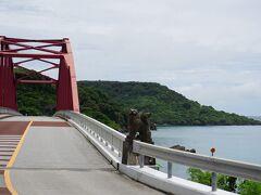 伊計大橋に戻ってきました。さっきは通り過ぎただけだったけど、数台停められそうなスペースがあったので駐車して撮影 沖縄で赤い橋ってあまり見ないかも