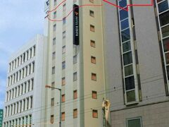 【HOTEL VISTA 松山】(写真は翌朝撮影)  2020年7月オープンという、出来立てほやほやなのでとってもキレイ。 最初の旅行記でも書いたけど、リムジンバス降り場からすぐだし、 市内中心部にあるのでとても便利。(お部屋はこの赤枠矢印の所)