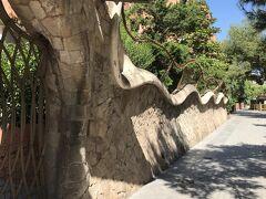 そしてこちらも同じく恐るべきガウディ建築。 塀と門しかないのに充分楽しめました、スゴイ。