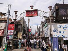 始めに、JR鎌倉駅を下車して、先ずは、小町通りから通ります。休日ですが、それほど人混みはありません。