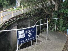 この温泉の名物の一つは、温泉へ続く道。 この階段を下り…