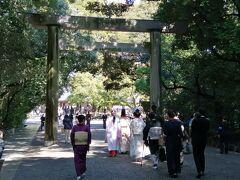 久しぶりに訪れた熱田神宮。 駅近なのに、無料駐車場がありがたい。 この日は大安吉日で、結婚式や初宮参りの人の姿が多く見られました。