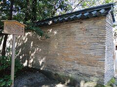 こちらは日本三大塀のひとつ、信長塀。 織田信長が桶狭間出陣の際に熱田神宮に願文を奏し、大勝したお礼に奉納したそう。