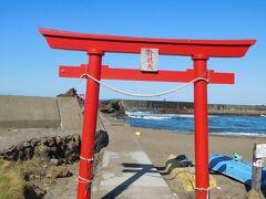 海水浴場ですが、11月なので誰もいません。 神社があるので見に行きます。