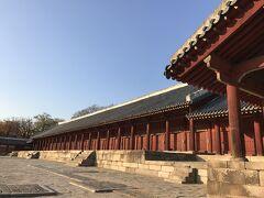 """前年の2017年11月16日に訪ねた宗廟の写真。 その時にガイドさんが「毎年5月の大祭には位牌が安置された各部屋の""""板門""""が開かれるから、見学に来てください」と話してくれたのを思い出します。 正殿は、長さ101m、単一木造建築物としては世界最大規模を誇る。東西に伸びる珍しい建築様式は、国王らがこの世を去るたびに位牌を安置する空間を増築してきたことによるもの。"""