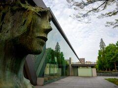 ついでに。 所変わってこちらは木場の 東京都現代美術館。  4月の平日に行きました。 木場駅から木場公園抜けて行くのが好き。
