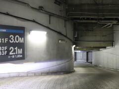 一ツ橋出口から5.5km、19分。 ニューピア竹芝サウスタワーの地下駐車場へ。 1泊3,000円。  タイムズニューピア竹芝サウスタワー https://times-info.net/P13-tokyo/C103/park-detail-BUK0026718/