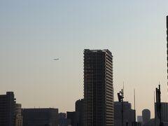 羽田に向けて降下中の飛行機を眺めながら美味しくいただきました。