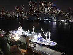 1330号室からの夜景。 22:30出航予定の3500便(八丈島行)さるびあ丸。  東海汽船 https://www.tokaikisen.co.jp/
