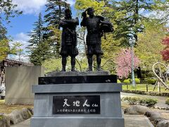 第一の目的地、上杉神社到着。 天地人像。上杉景勝公と直江兼続公です。