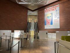 東京・六本木『六本木ヒルズ』森タワー52F   2021年6月1日から営業が再開された『森美術館』の写真。  エスカレーターで53階に上がるとあります。 以前は展望台のチケットの半券で『森美術館』も 入ることができましたが、リニューアル後は、別料金になりました。  現在、「アナザーエナジー展:挑戦しつづける力― 世界の女性アーティスト16人」が開催中です。  <営業時間> 10:00~20:00(最終入館 19:30)[時間を短縮して営業] ※火曜日のみ17:00まで(最終入館 16:30)  ・当面、時間を短縮して営業いたします。  エスカレーター左手に屋上展望台「スカイデッキ」の券売機があり、 さらに左奥にコインロッカーと、屋上展望台「スカイデッキ」行きの エレベーターがあります。