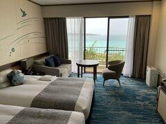 今回の宿泊は宮古島東急リゾートです。  窓からの景色がとても綺麗です