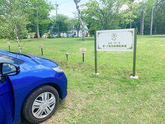 温泉に入ってさっぱりした後は、ランチを食べに軽井沢レイクガーデンへ 車でルグラン軽井沢ホテル&リゾートから4分の近い場所にあります。 今日はレイクガーデン内のルゼ・ヴィラに宿泊しますので、宿泊者用の駐車場に停めました。