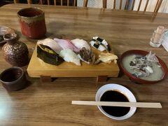 夕食は「いろは寿司」 ホテルから10分ちょっと歩きます 境港に来たらお寿司!と思って口コミの良いところを調べておきました ちょっと入りづらい感じでしたが思い切って入りました 先客はおらず… 上握りと魚味噌汁、日本酒を冷やで… 新鮮で美味しく、とろみのある濃厚なお醤油とよく合いました