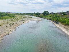 桂川を渡ります。 普段地平線などを見る事がない環境で生活しているので、 こういう何でもない風景に癒されます。