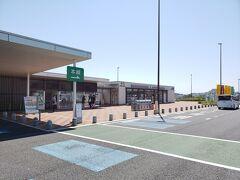 関門橋を渡り福岡県に入り、北九州ジャンクションから東九州自動車道へ。そして今川パーキングエリアで休憩です。ここはトイレとセブンイレブンだけのエリアですが、セブンイレブンがあるだけでだいぶ利便性が高くなります。 2013年に北九州空港から山口に向かった際はまだこの区間は全通していませんでしたが、現在は宮崎県の清武まで繋がったようで九州東部の移動もだいぶ便利になりました。