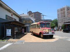 先ほどのドラックストアから数分で昭和の町に到着しました。駐車場は有料ですが上限が400円と良心的な値段で安心して停められました。 昭和の町は2001年から寂れてきてしまった豊後高田の商店街を再び活気付けるために始まった町おこしでは今では大分有数の観光地になったそうです。 ボンネットバスが止まっていますね。