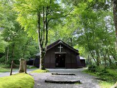 レンタサイクルでウロウロ。昔一人旅したときのこの教会の印象が強く残っていて、もう一度訪れたいと思ってました。木造の古い教会「軽井沢ショー記念礼拝堂」。以前来た時は秋だったのですが、新緑の季節もまた美しいです。
