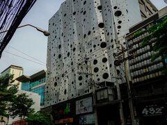 スラウォン通り沿いにある変わったデザインのホテル