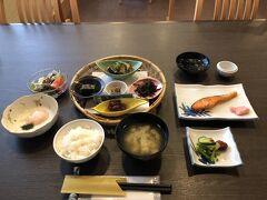 朝食は8時から前日の夕食と同じ3階の食事処で頂きました。 地元産の野菜や山菜を使ったおかずが並んでいました。