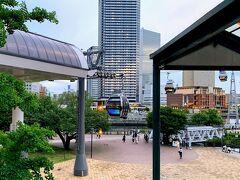 YOKOHAMA AIR CABIN「運河パーク駅」(写真左手)