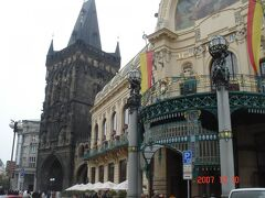 かつて、お城の火薬・弾薬庫として利用されていた「火薬塔」  旧市街の城壁だった門の1つ。 高さ65mで、上にも登ることができ、景色も良いんだとか  手前の建物は「市民会館」  「プラハの春」などのコンサートホールとしても利用され、 チェコの芸術家ミュシャが手掛けた 「市長のホール」は必見だったらしい。 建造物は「新しい芸術」を意味する「アール・ヌーヴォー」洋式。 ワイン?と思った方、それは「ボジョレー・ヌーヴォー」・・