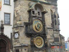 旧市庁舎の有名な「天文時計」 15世紀に造られ、500年以上、当時のままの姿で今なお動いている 古時計。(←失礼) 毎正時に、複雑な仕組みで動く、聖人からくり人形たちが順番に、 小窓からひょっこり地味に現れては消えていく(また失礼)、 ショー?を見ることができます。時間が合えば是非!  そんなショーを見ようと、時間まぎわになると、 どこからか人がワラワラと集まってきて、すごい人混み。 なので、写真を撮られる皆さん、夢中になりすぎて、 人混みに紛れたスリに狙われないように、ご注意を!