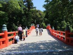 少し歩くと神橋がありこれを渡り宇佐神宮に入っていきます。この橋を渡ると神域に入る、そんな気持ちになる立派な赤い橋です。 ちなみによく神社の周りに濠をがあり神域であることを示している事がありますが、これは濠ではなく寄藻川という川です。