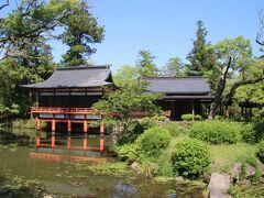 この池は菱形池と呼ばれ宇佐神宮で祀られる主祭神の八幡大神が舞い降りたという伝説のある池です。また池に生えている蓮は古代蓮だそうで蓮の時期には美しく咲くようです。奥の建物は能舞台で能が奉納される神事も行われるそうです。