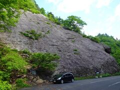 道路の両側には奇岩、地層の数々を見ることができる。  これは千畳岩という巨大な一枚岩。