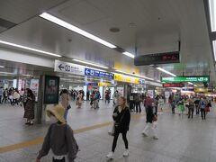 4月24日土曜日のお昼前。 ホテルニューグランドをチェックアウトして横浜駅へやってきました。 ちょっと人が多く感じましたが、それでも土曜日の昼間の横浜駅にしては少ない方かな。