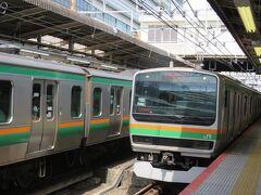 先行する普通電車小田原行きが入って来ました。 これから乗る特急に平塚駅で抜かれます。