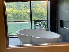 汗をかくとここでバスタイム~♪  川を眺め、ただお風呂に入っているだけなのに、こんなにも幸せ・・・