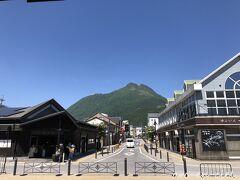 駅を出ると、真っ青な空に、キレイな由布岳が見えました。